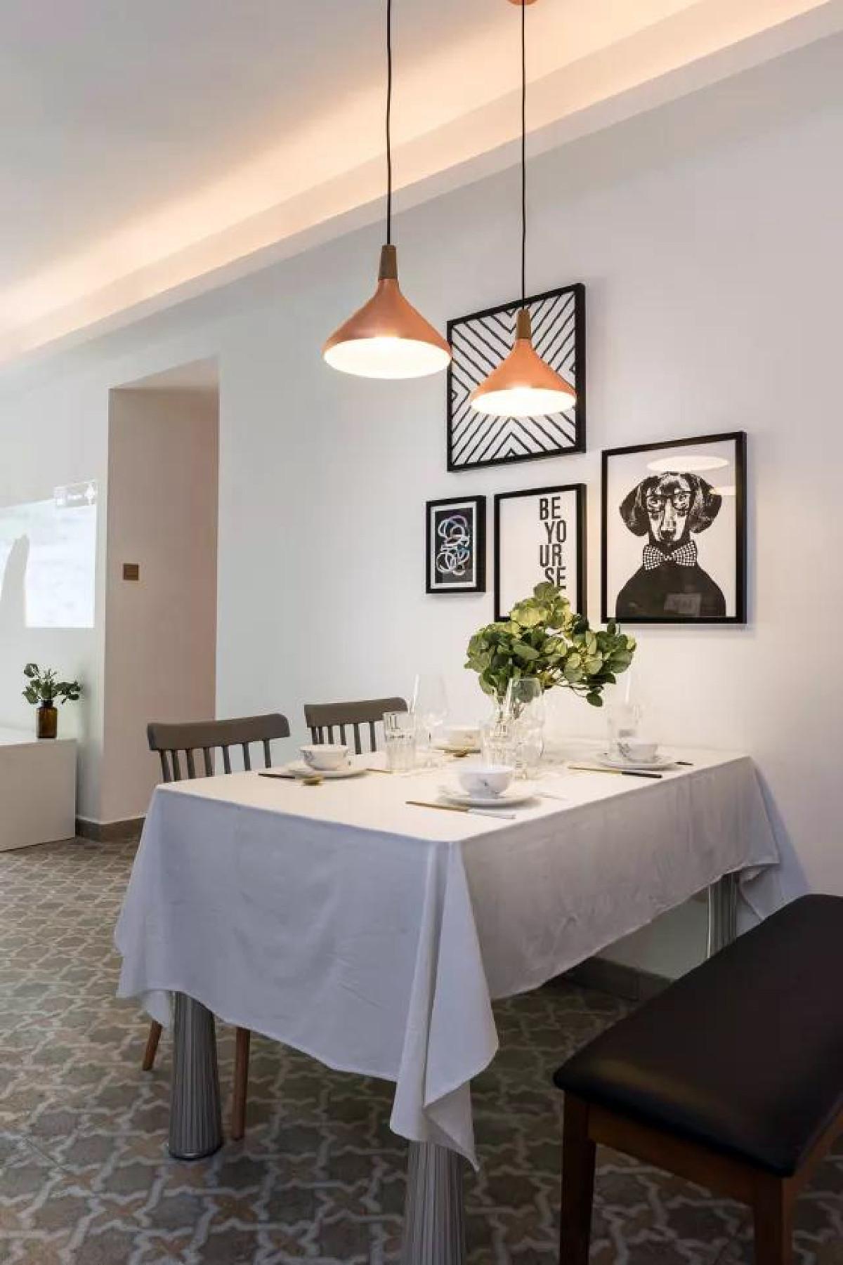 餐桌的墙面也给换上了黑白色调的挂画,整体风格统一。
