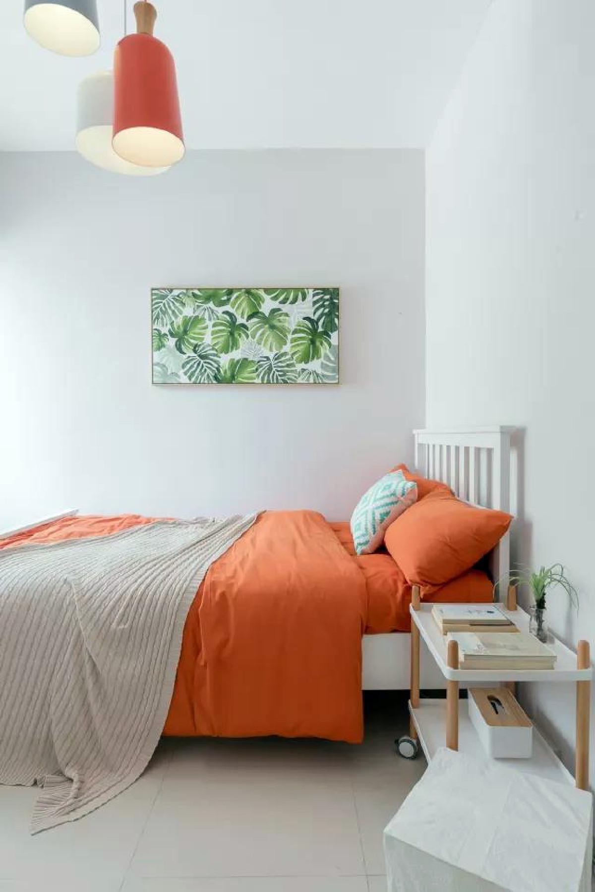 孩子的房间总归不能太沉闷,不再使用深色系,而是给刷上一层浅浅的灰,搭配活力十足的橙色床品,整体明亮大方就好。