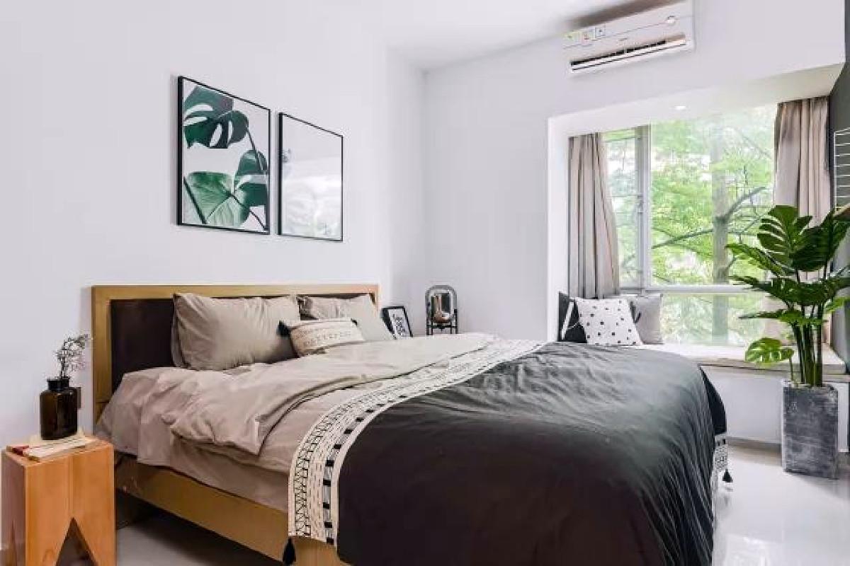 次卧除了床什么都放不下,只是换上了舒适的床品以及貌美的龟背竹,房间一改原先没有生气的模样。