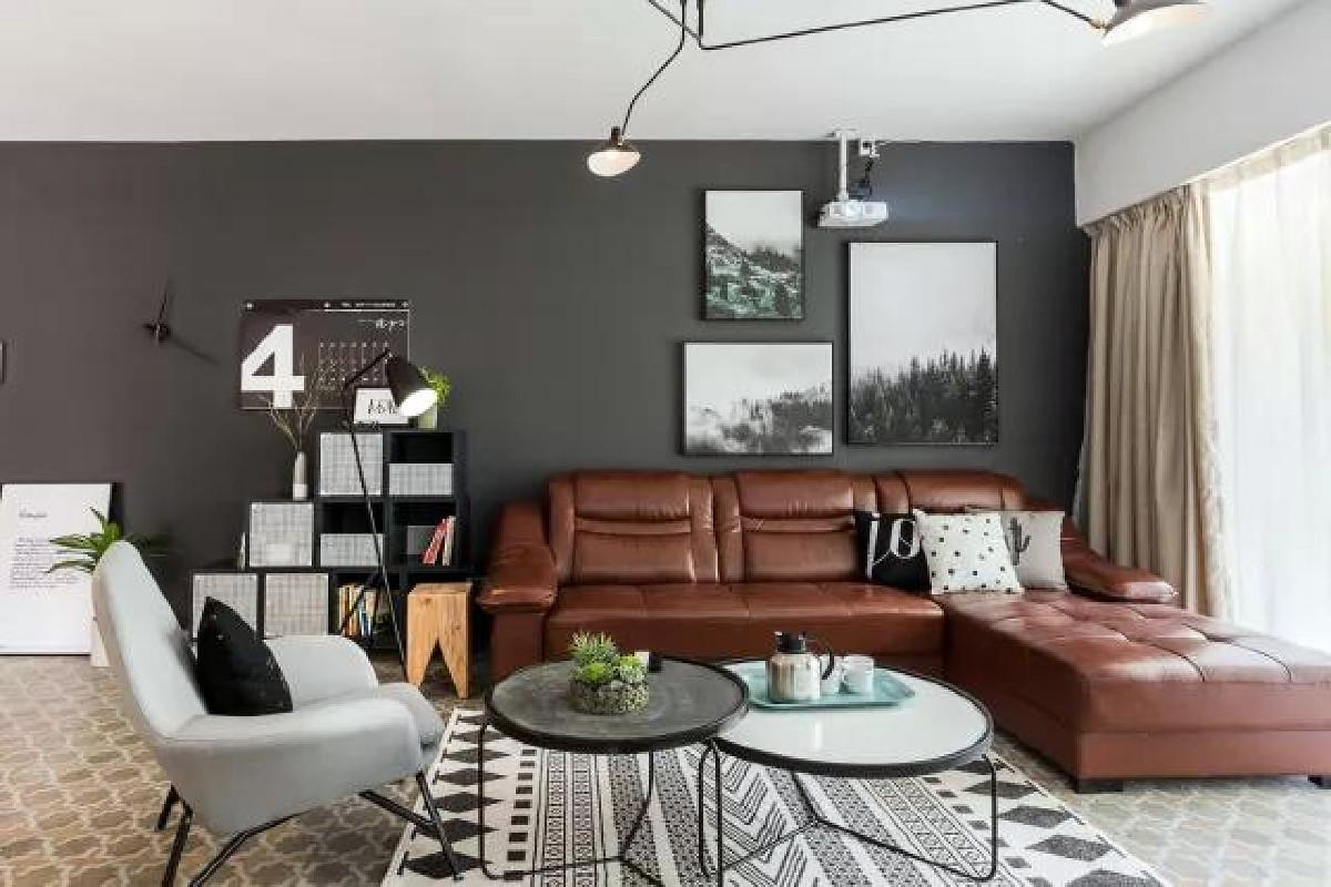 设计师巧用黑色对比,衬出皮沙发的精致感。装饰画、日历、收纳盒都是墙面最好的装饰品,地面也铺上了几何地毯。就是那么一转眼,客厅时尚又不失了年轻人的个性,也是让人爱不释手。