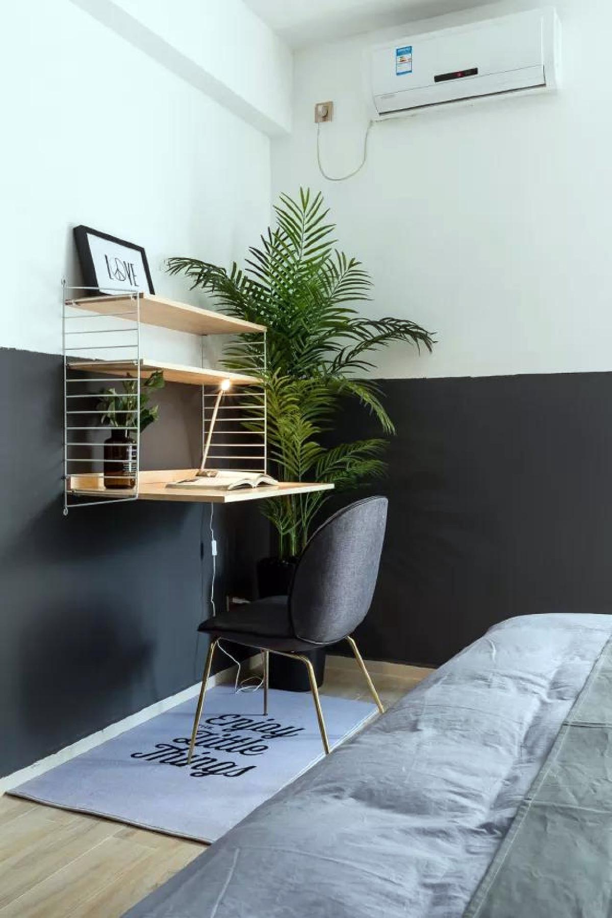 小角落也别轻易放过,网红的吊灯、淘宝爆款的层板桌以及单椅点缀,黑白色的卧室也不再冷清。