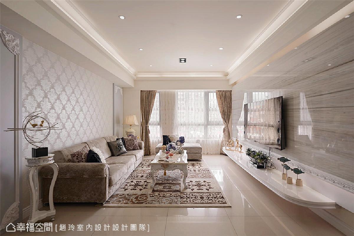 沙发改造 原与风格不搭的旧沙发,赵玲与吕学宇设计师替换其内部骨架,并更换外观布料为华丽调性的质材,让旧物焕然重生与新古典完美交融。