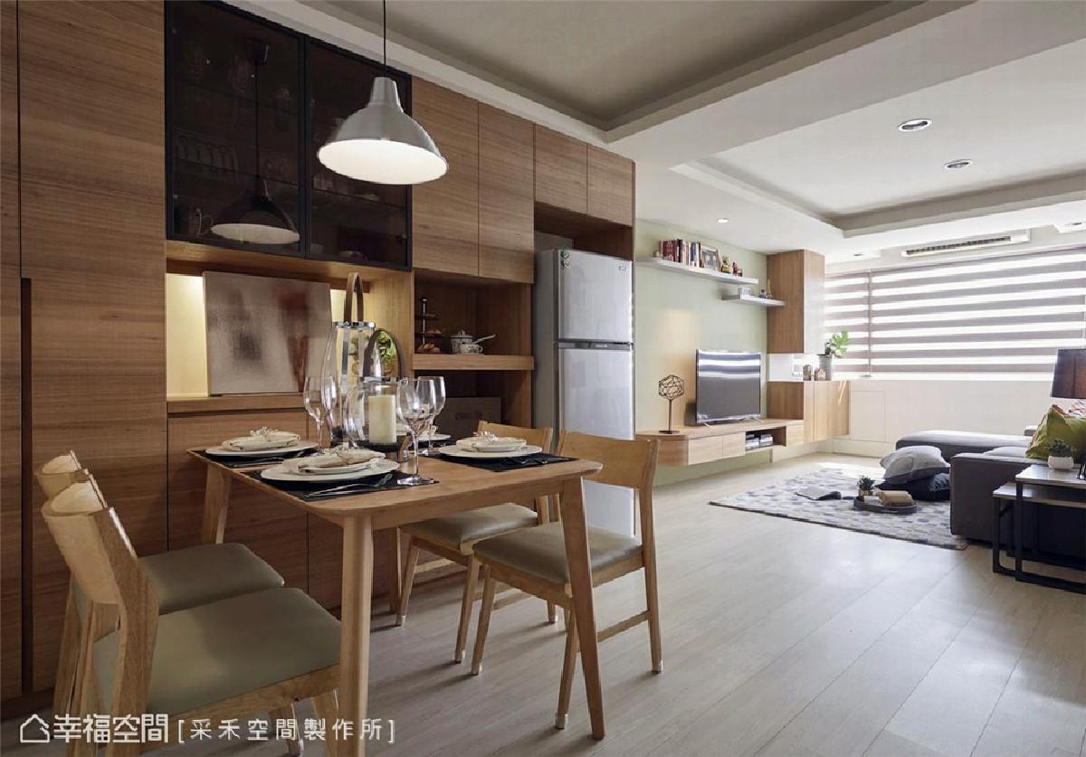 餐厅 于用餐空间规划储物墙,为大型家电及居家小物完美收纳,选用木质餐桌椅布置,也为餐厅区挹注温润暖心质感。