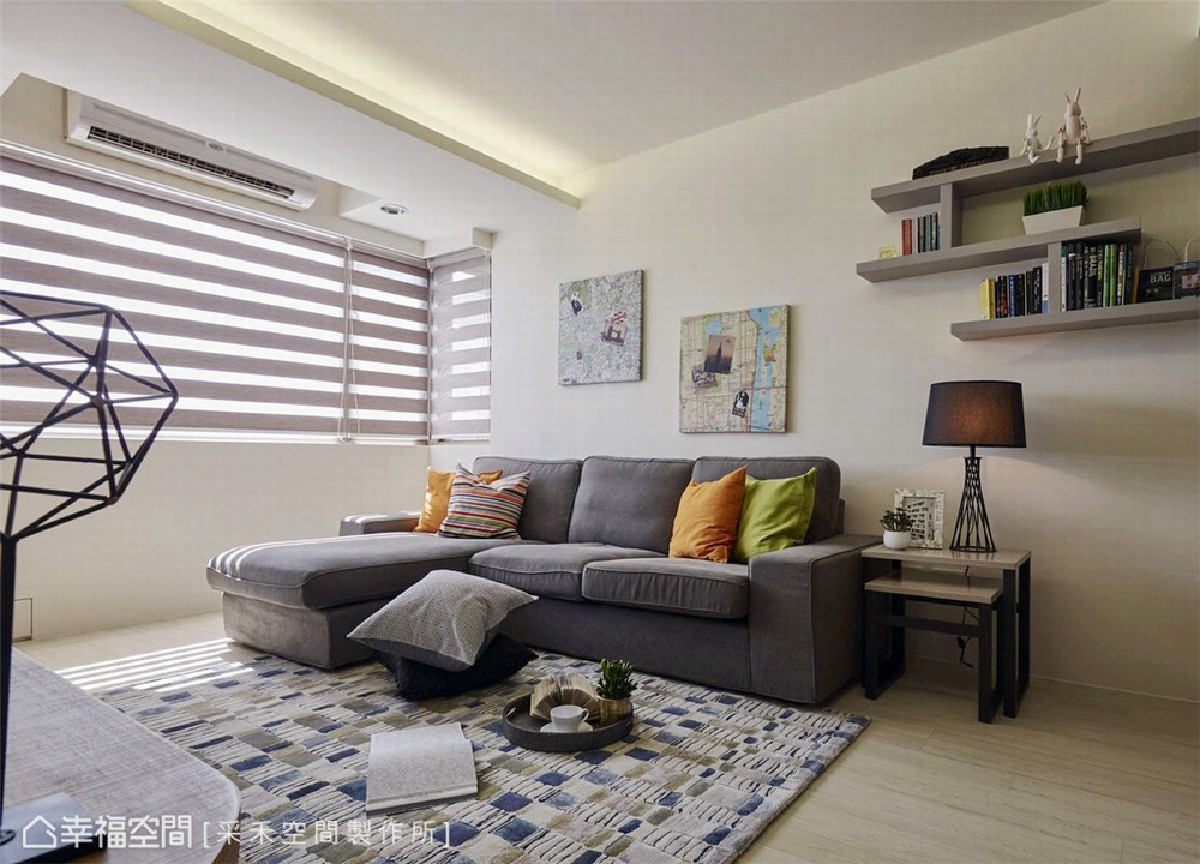 室内陈设 延续简洁调性,L型沙发搭佐跳色抱枕丰富视觉彩度,而沙发背墙则以地图与旅行照片铺叙,替设计增添生活暖度。