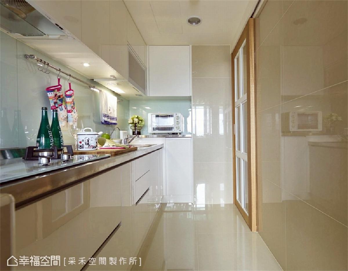 厨房 配置一字型厨具形塑省时、省力、高效率的烹饪动线,台面则采不锈钢材质,延长物件使用寿命。