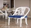 座椅改造 原为纯柚木色的老式座椅,保留椅脚造型并磨去多余部分再以喷漆处理,布料坐垫则改为绒布软垫,完美改造为新古典式的风格家具。
