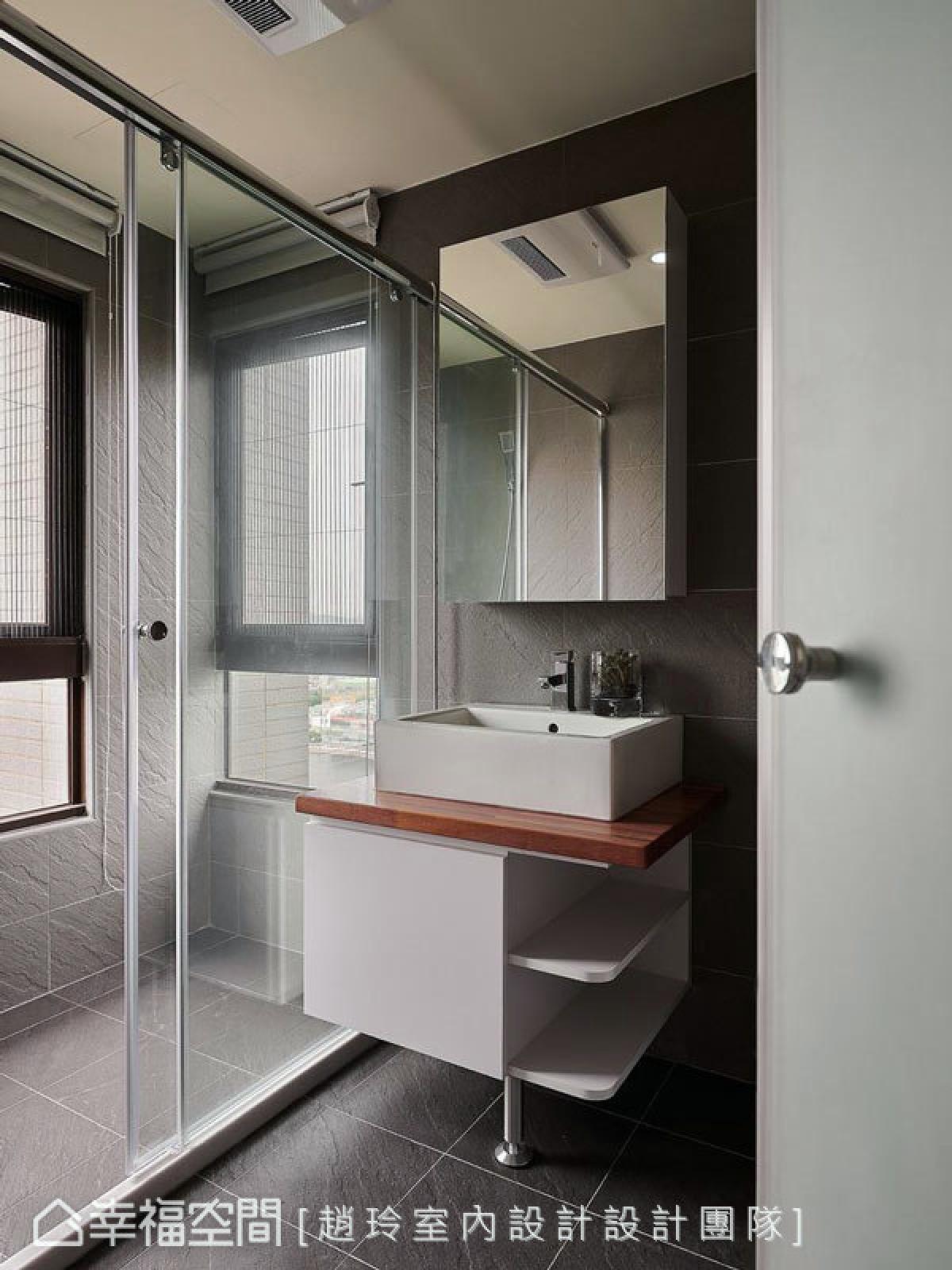 卫浴,灰韵宁穆 有别公共空间及卧房的明亮氛围,卫浴以深灰色砖来铺砌地板和壁面。沉稳气息让沐浴时光更显宁谧。