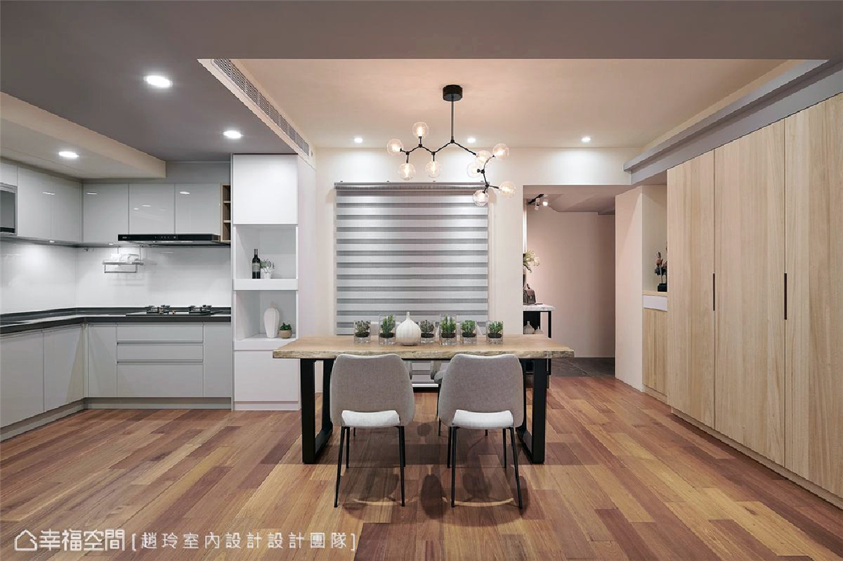 静好餐桌 四口之家餐厅幂覆在木头、灰蓝及纯白所组织的场域里,一盏分子元素的吊灯挹注了当代气息,氛围简约静好。