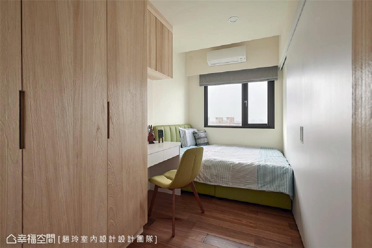 简雅女儿房 尺度略小的女儿房维持近似设计语汇和配置,软件色调则导入清新草绿;书桌上方一道悬浮柜有效增加收纳机能。