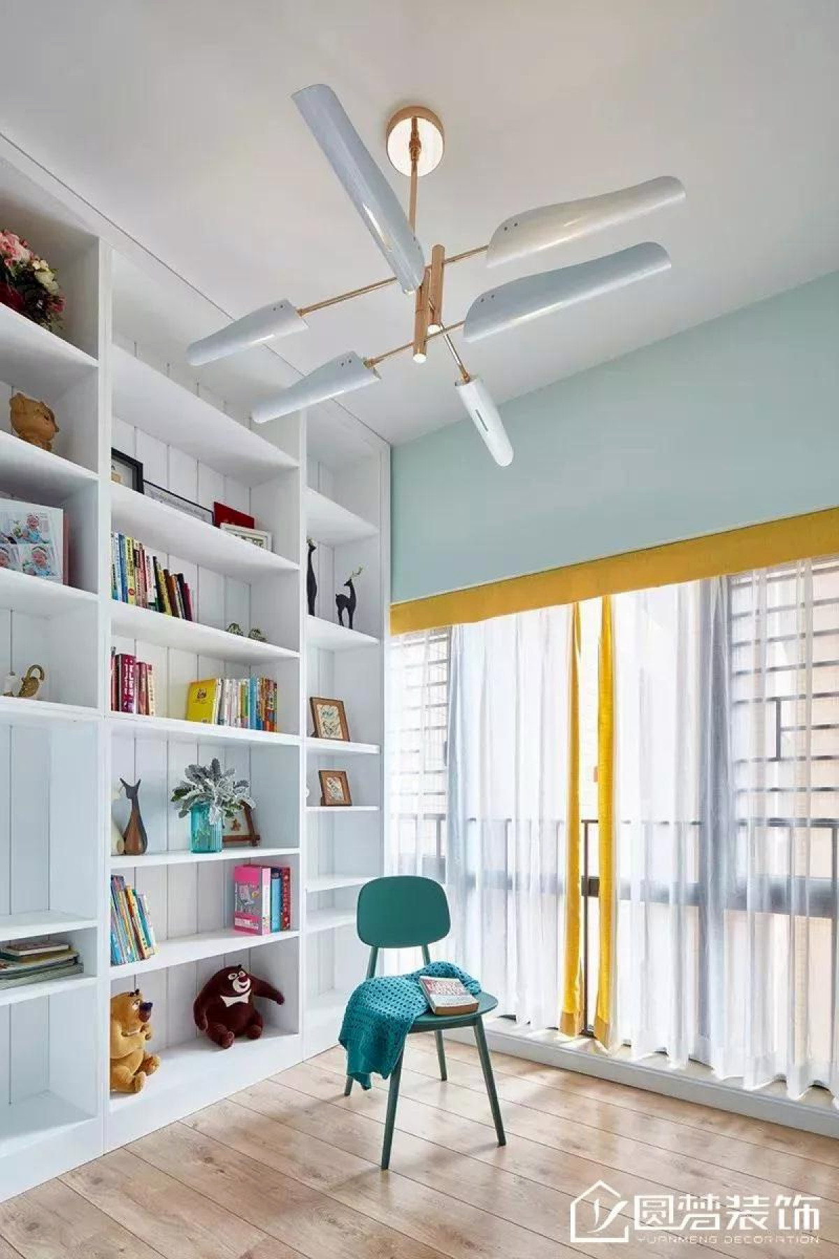 ▲ 书房舒适温润的原木地板,形态优雅的吊灯,如同图书馆般的开放式书柜,打造文艺清浅一隅