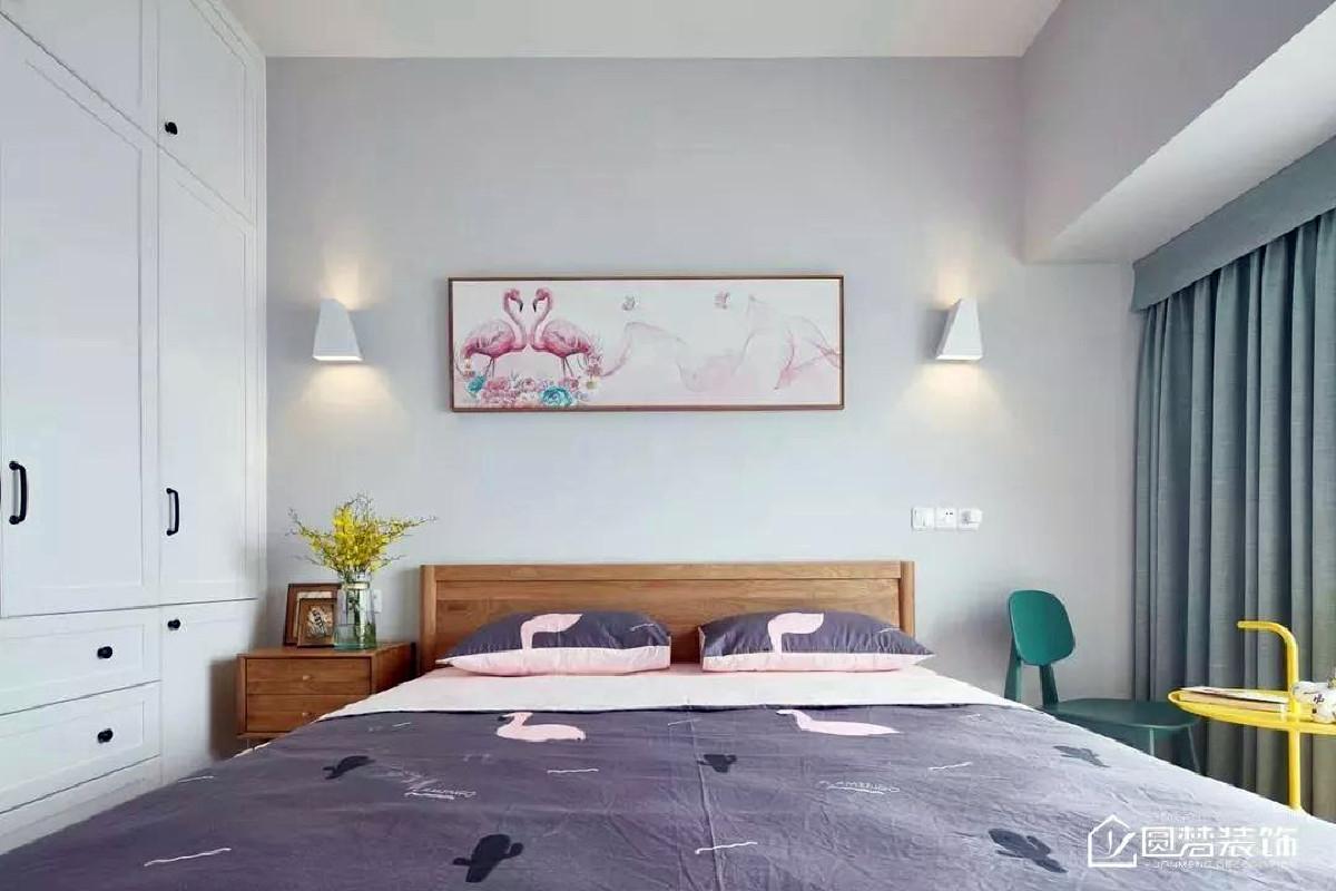 ▲ 主卧以原木色的舒适,浅粉色的细腻与粉绿色的清新,搭配调和给空间染上了一抹治愈感