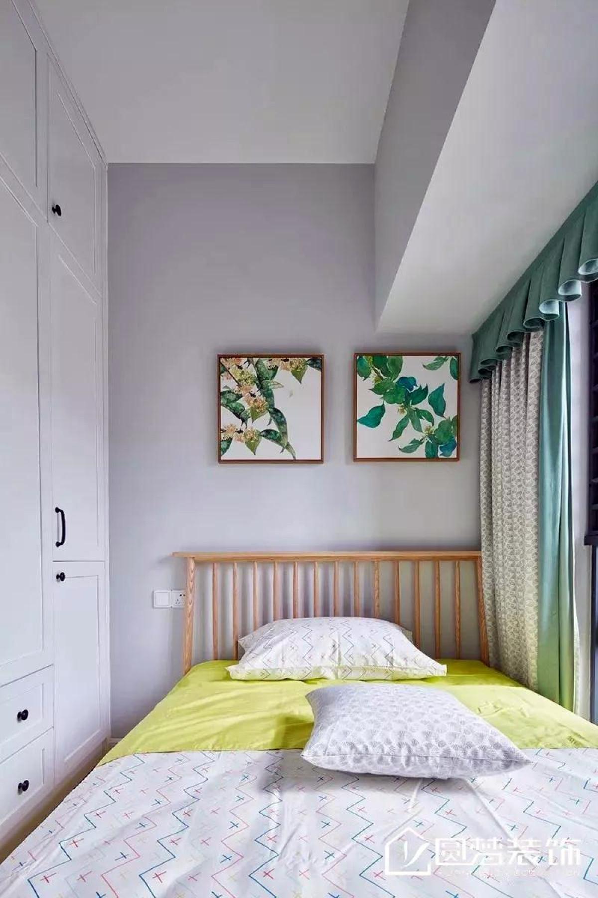 ▲ 次卧由于空间不大,在整体空间配色上以清新色为主,采用白色与木色家具,缓冲压抑感