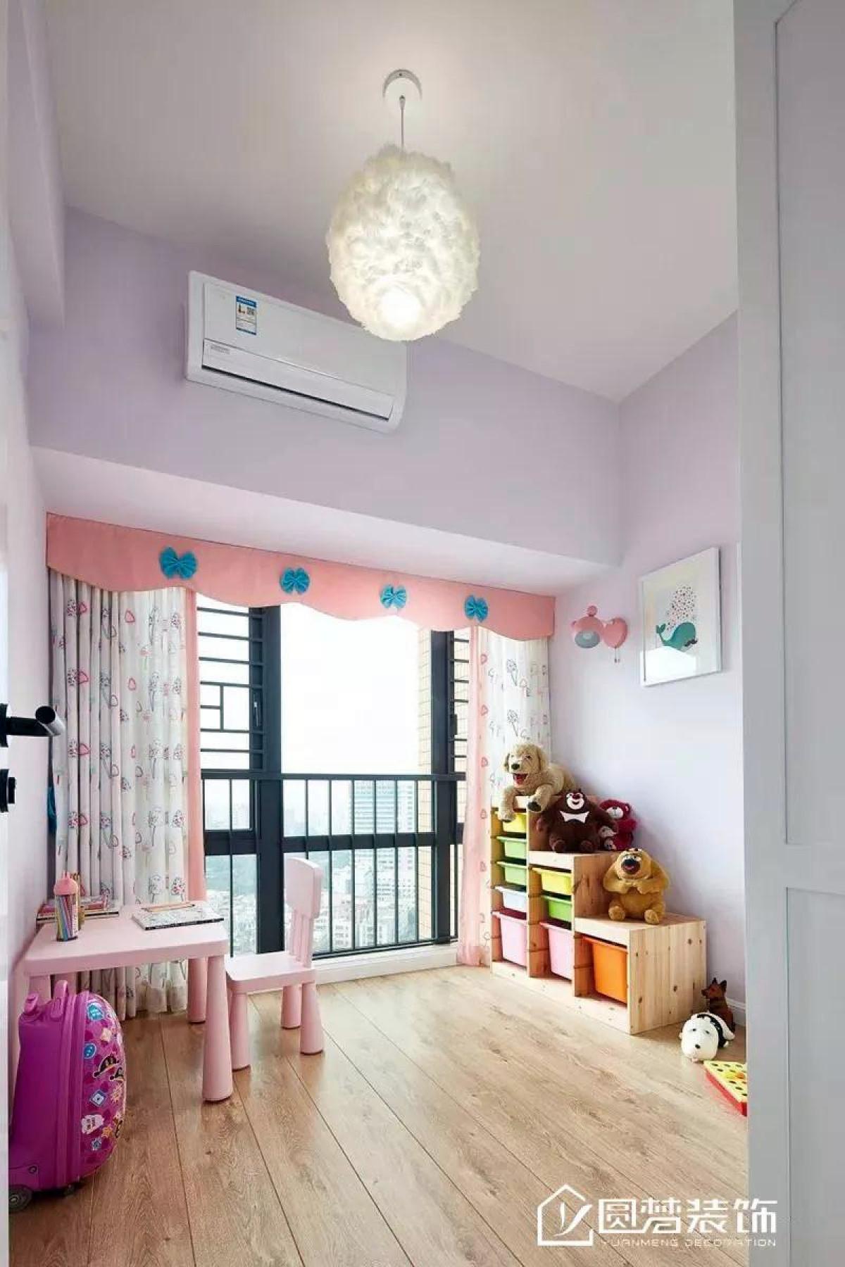 ▲ 儿童房以粉色为基调,特别为小宝贝设置了学习桌椅与玩具收纳区,整个房间精致且明亮