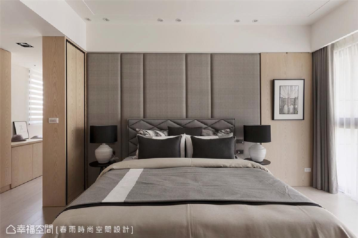 主卧 主卧床头板使用布纹绷皮设计营造沉稳静谧感,日后清洁和维持上也更方便,角落预留空间和插座可以摆放电动椅。