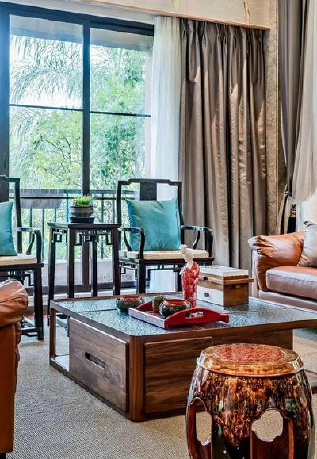 茶室成套的大漆家具来自福建漆艺家陈杰,红与黑,放与收,婉转绮丽,凝集了居住者个人的文化修养和审美趣味,让空间流淌出无限深邃、幽远的中式意境。