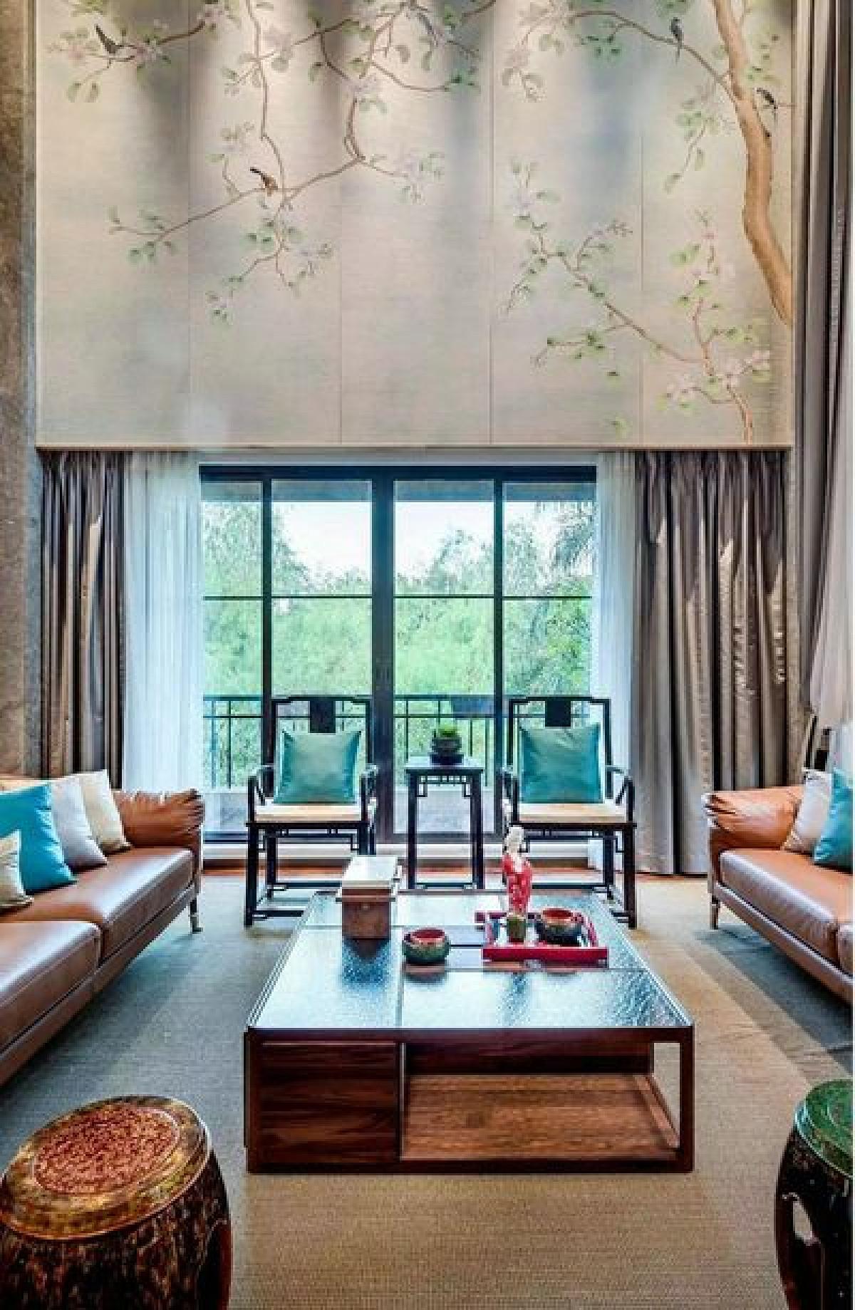 为满足居住者的收藏需求,设计师在书房摆放了方正的红木书桌,搭配官帽椅,古色古香。简约的空间设计很好的平衡了红木家具带来的厚重感,渲染出沉稳儒雅的空间氛围。