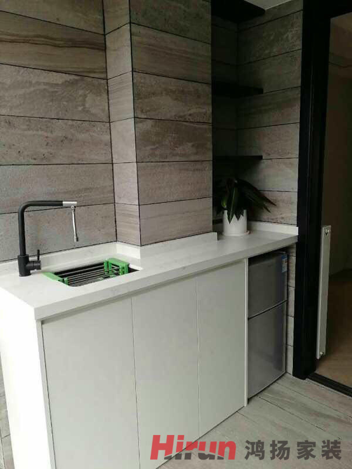 造型简洁的鸿扬木制的白色柜门.