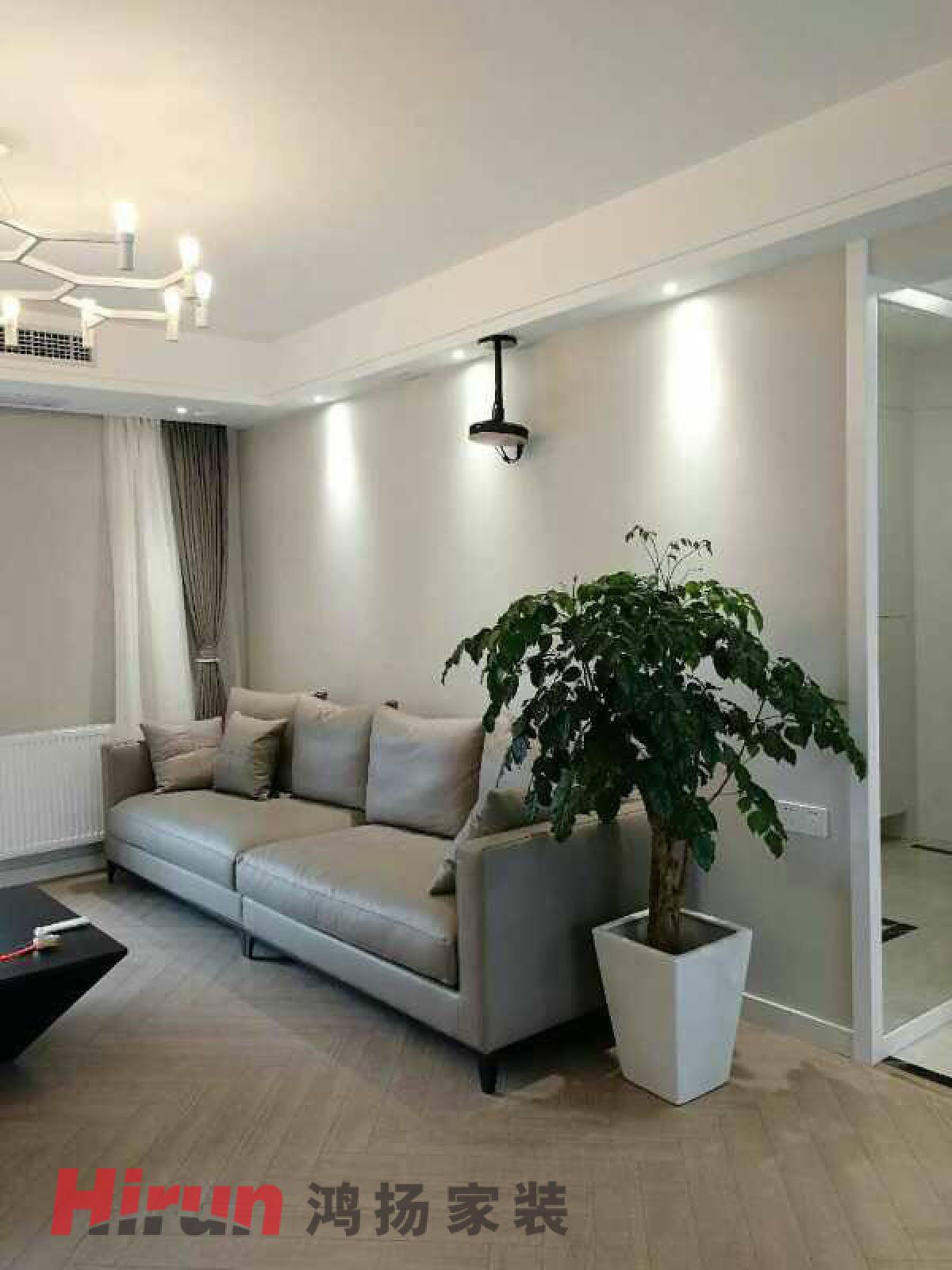 白色为主的现代简洁的电视背景墙,造型简洁的黑色,灰色的现代家具. 灰色为主的现代简洁的墙地面.