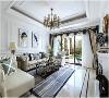 纯白墙面简约天花板| 是纯白和法式的碰撞在客厅一眼就可以看得出来。墙面和天花板都用了纯白色的乳胶漆,而灯具和沙发的风格则是十分复古的法式风,就连窗帘也相互呼应。