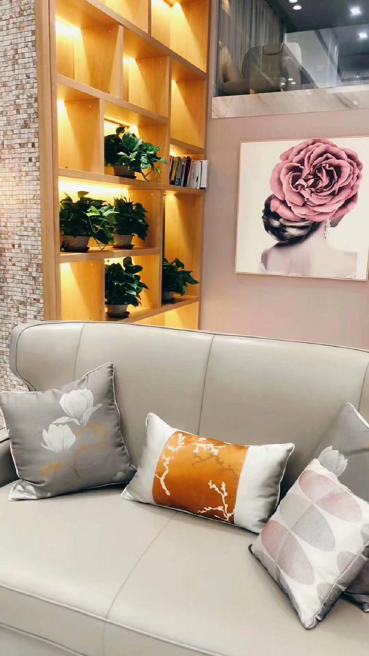 挂上一幅好的油画,可以瞬间点亮空间的色彩,让家更温馨。亲朋好友来访,定会赞赏主人的艺术品味,让您的孩子从小在艺术的熏陶下成长,提升您与家人的艺术美感!