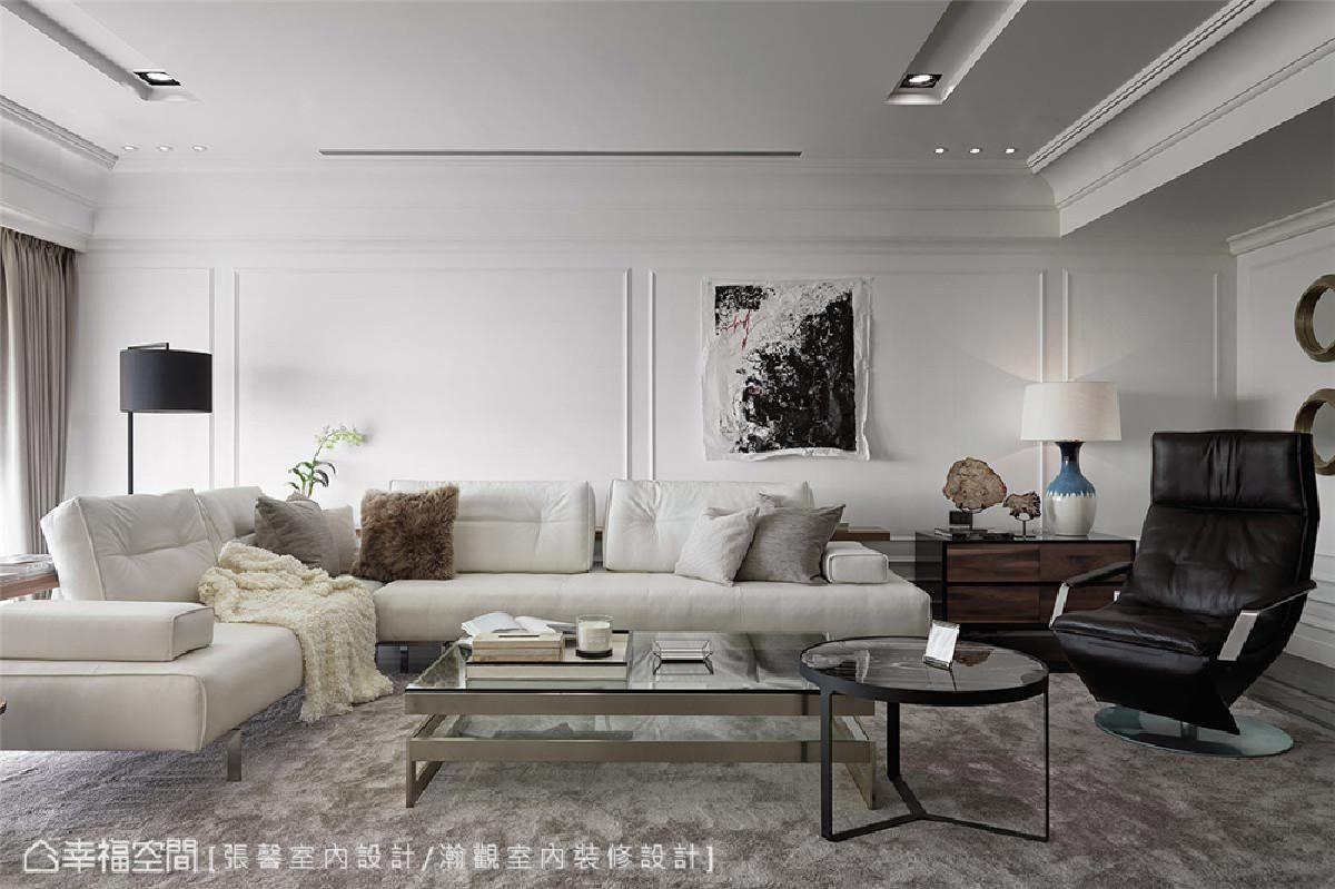 沙发区 屋主已先选好进口品牌沙发,以此为基础发展出糅合现代与古典气息的场景,俐落中保有经典美式的暖度。