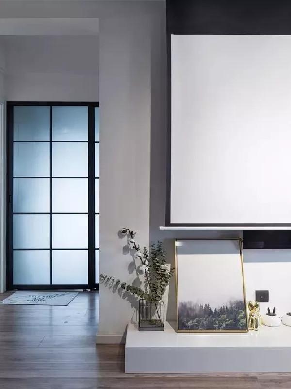 乳白色和浅灰色的墙面配合木制的地板营造出一个厚实宁静且光线明亮的空间。