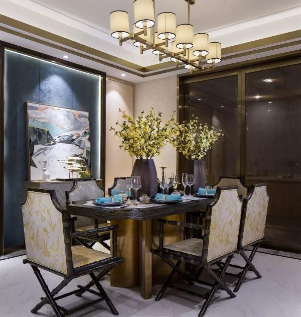 """本案以""""几代同堂""""为设计背景,为家庭观念重的居住人群打造出流行时尚、舒适实用的多居室房型;设计师以青花元素为主体,置用大面积的护墙板,引用欧式线条"""