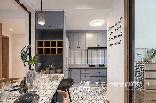 把餐厅剩余空间与厨房结合,作为开放式厨房,扩大了厨房面积,外部餐吧解决三口之家就餐问题,实用时尚。