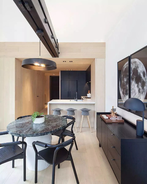 黑白灰色更具现代感,以黑白灰色调勾勒出来的图案,素雅、低调,再普通的空间也能被它们所营造的景致打动。