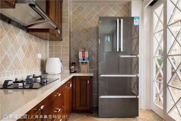 厨房  同样的深色木质元素运用在橱柜上,立面则改以方便好清理的瓷砖贴附,简约的厨具设计丝毫不影响经典美式的风格表现。