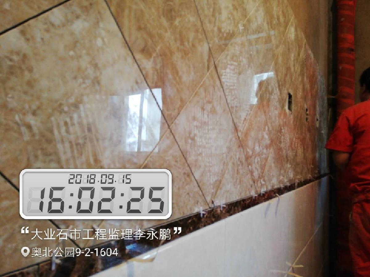 油烟机的安装。油烟机是家电第一个出场的,厨房墙地砖铺好之后,就可以考虑安装油烟机了。 这时候可以约橱柜第二次测量了,准确地说,在厨房墙地砖贴完并安装完油烟机之后,就可以约橱柜第二次测量。