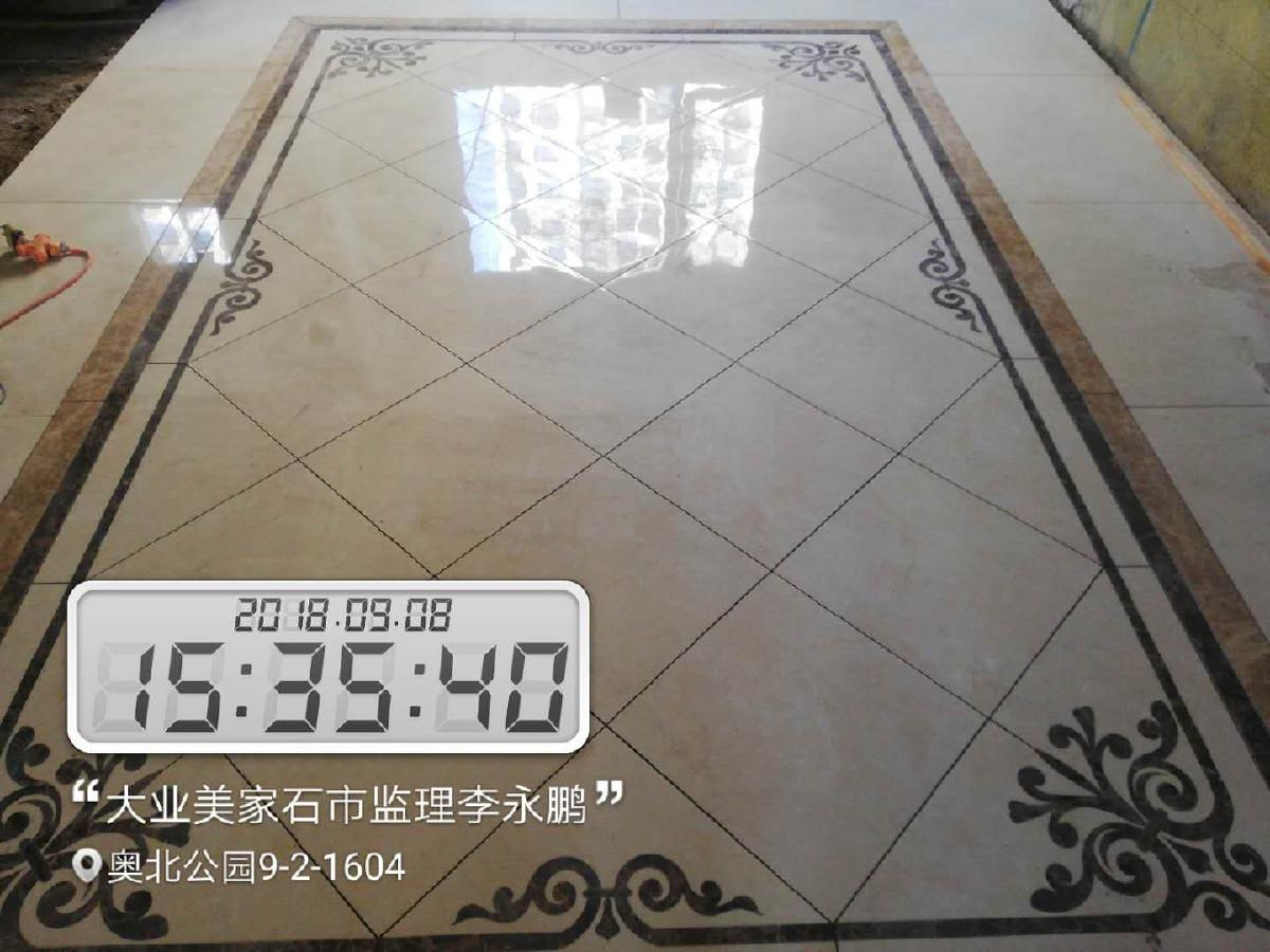 10、地板安装 1、地板安装之前,让厂家上门勘测一下地面是否需要找平或局部找平, 2、地板安装之前,家里铺装地板的地面要清扫干净,要保证地面干燥,所以清扫过程不要用水。