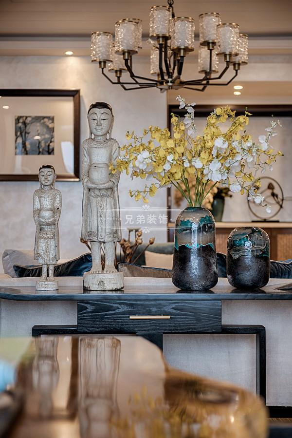 客厅以冷静线条分割待客空间和茶区,免去一切繁杂与装饰。