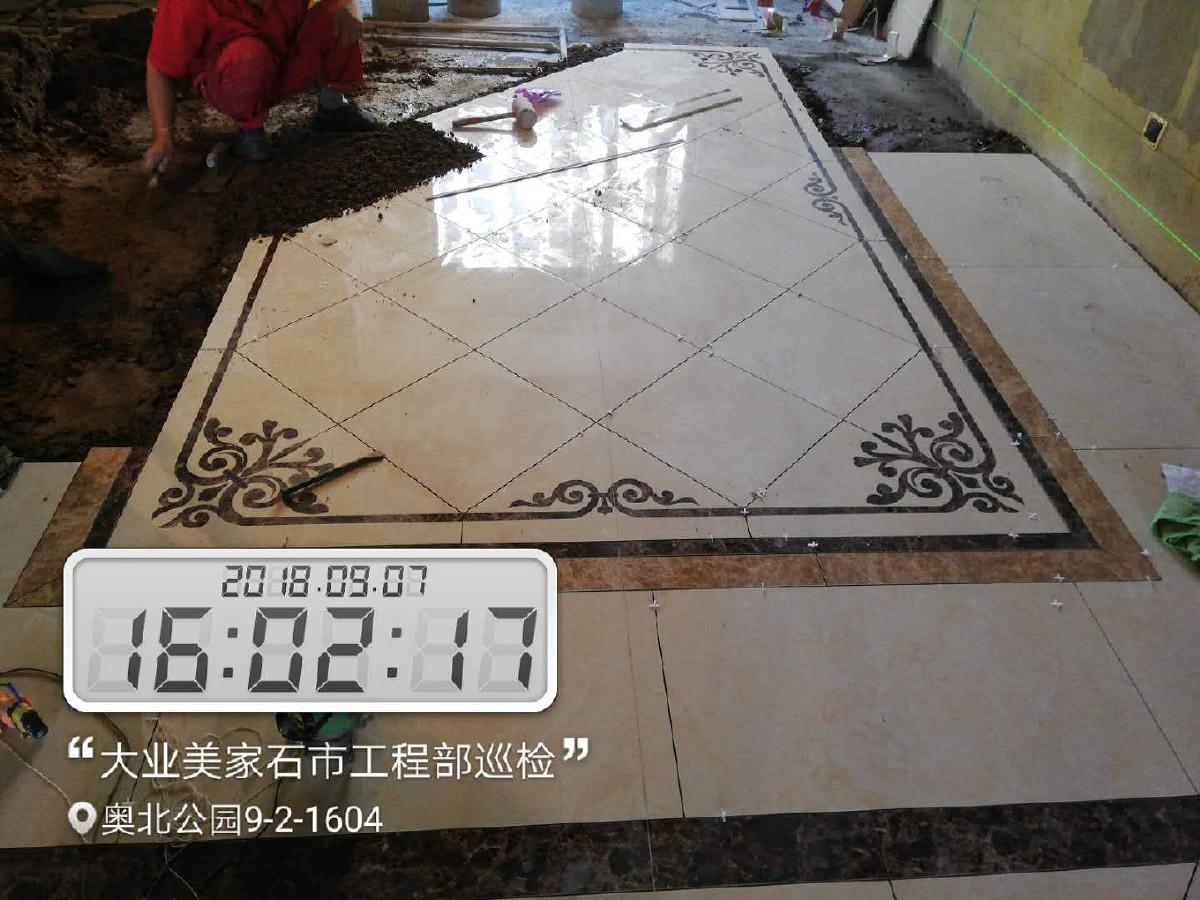 5、贴砖 涉及以下三个环节的安装: 过门石、大理石窗台安装。过门石安装可以和铺地砖一起完成,也可以在铺地砖后,大理石窗台安装一般在窗套做好后,安装大理石工人会准备玻璃胶。