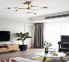 无论是电视柜旁边的绿植,还是沙发背景墙上的个性装饰画,都展示出家中主人一丝不苟的细节,和对舒缓生活的美好追求。