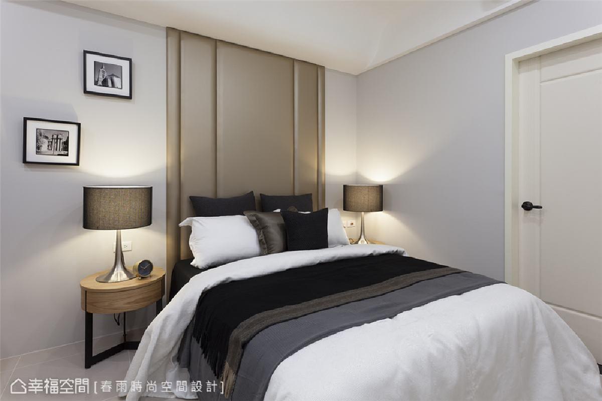 主卧设计 周建志设计师用自然皮革色和棕色灯罩展现沈稳恬静的质感,深灰色床单和白色混搭后营造出犹如饭店般的精致体验。