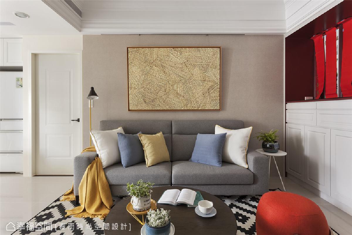 客厅 电视背墙用裸色壁纸带出空间气氛,搭配屋主喜爱的美式简约家具,用软件轻松创造居家风格。