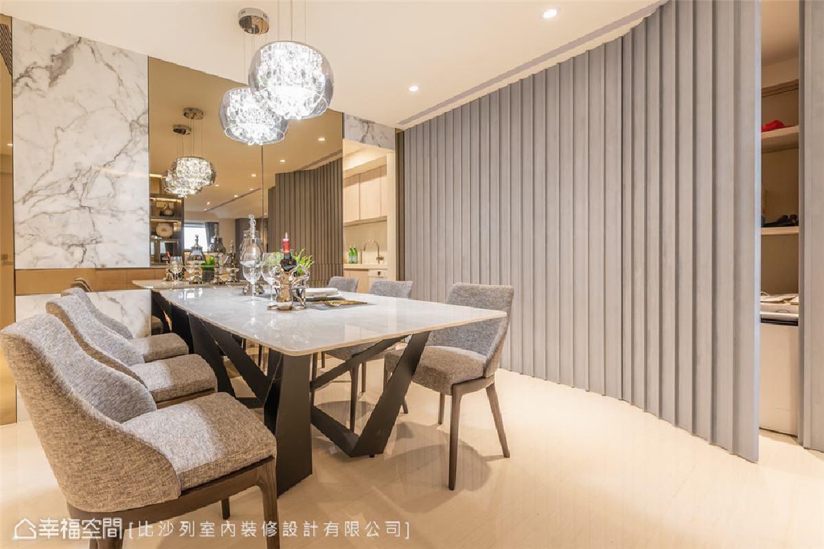 格栅藏密 餐厅旁的灰色格栅立面看似装饰,实则后方备有储藏室与收纳柜,设计透过隐藏式立面设计让视觉更洗练纯粹。