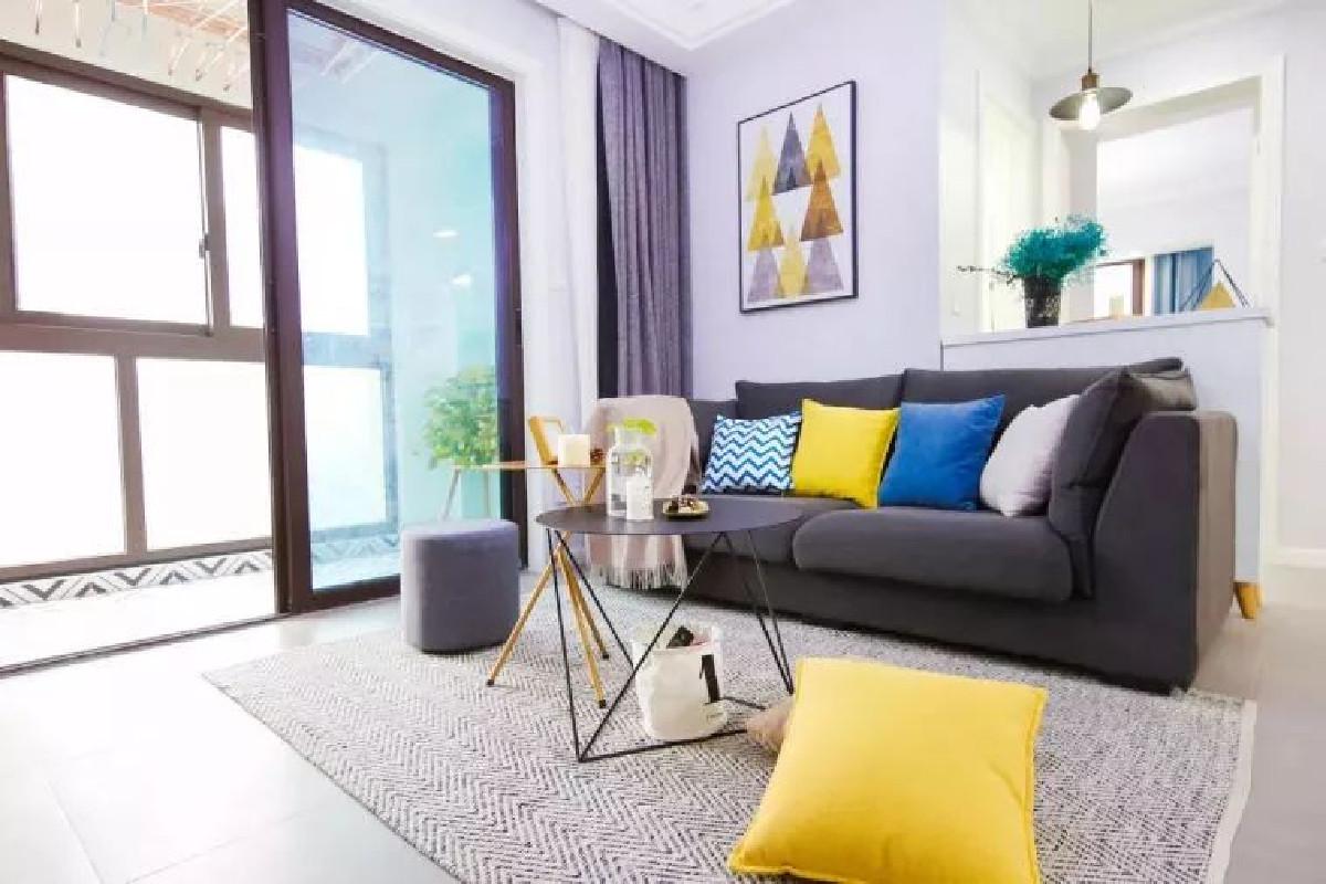 通常来说,一个空间的配色不建议超出三种,但在这组作品中,运用了黄、蓝、黑、白等多种色彩给客厅带来了更多生机和清新感
