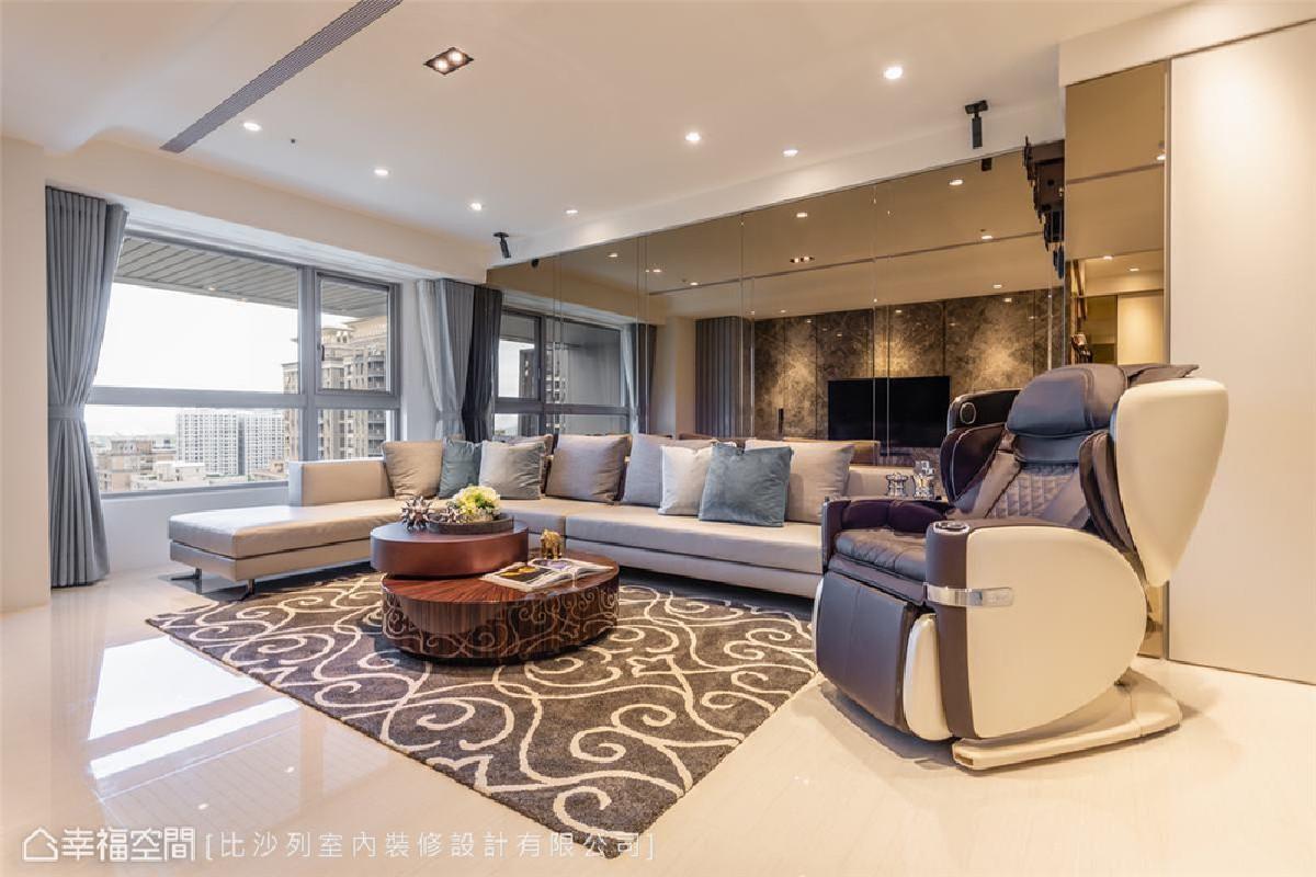 茶镜引景 镜体素来能为室内场域创造丰富的视觉感和尺度扩张效果。本案沙发背墙整片镜面不仅引入窗景,也拓展水平景深。
