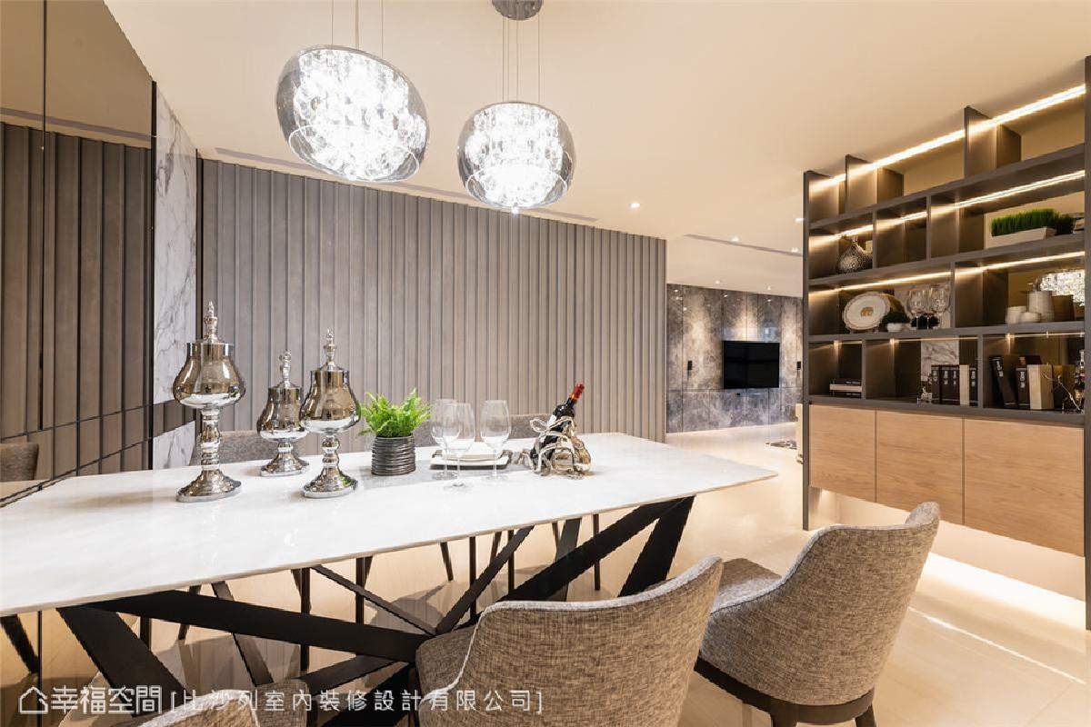质美的嬗递 餐厅一侧墙面可见茶镜、大理石与格栅门的立面型态转变,丰富了简单的米白色背景。