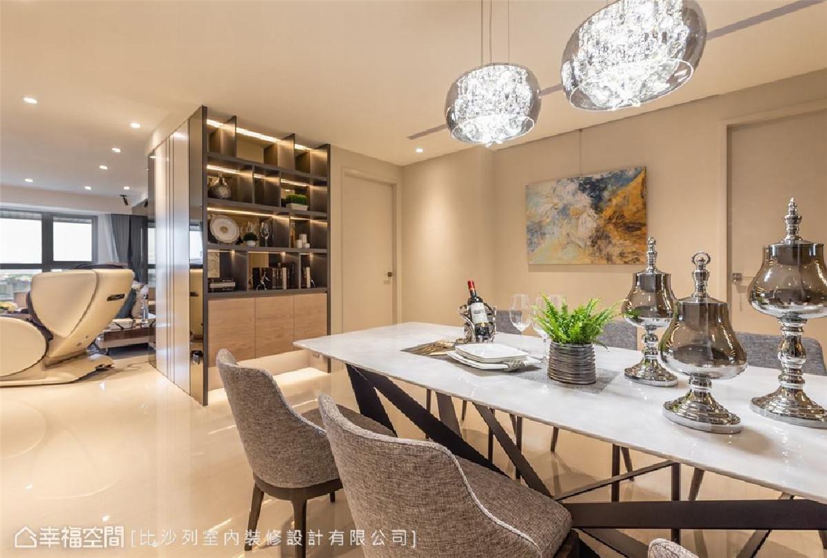璀璨与温美 餐厅毗邻著客厅相连成一开放平面,场域天地壁皆是温润淡雅米白色,仅以餐桌上的水晶灯盏做璀璨点缀。
