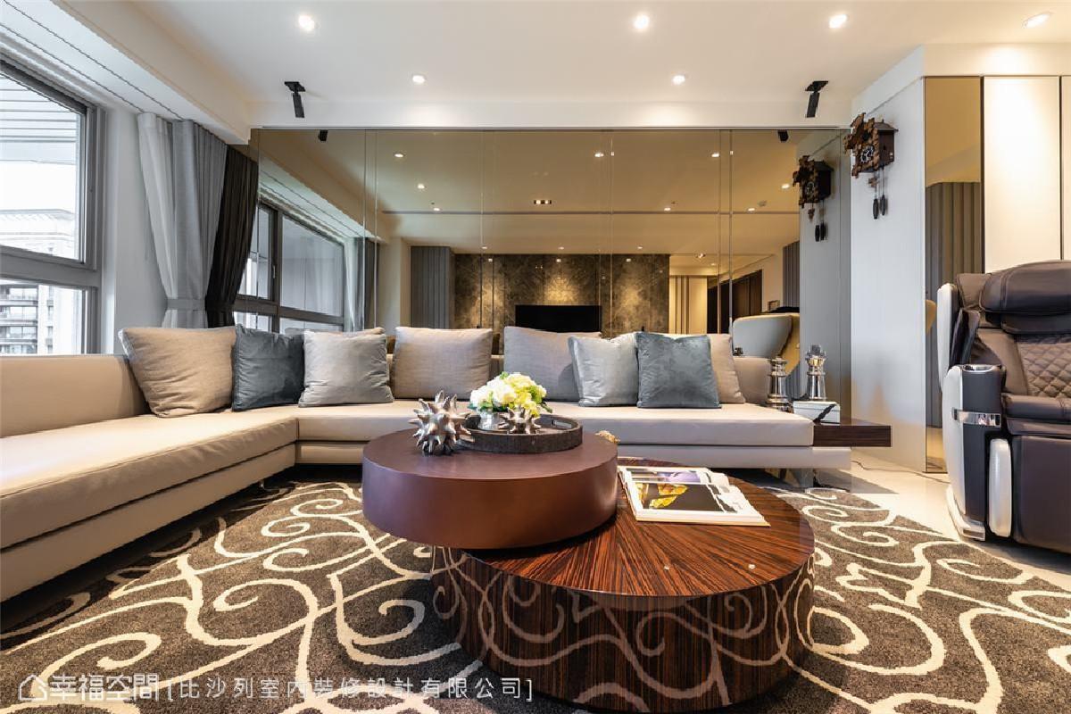疏朗气象 瞻顾整个客厅场域,从背景到家具皆为素馨澹美的大地色系,衬著窗外一片辽阔的城市天际线,意象格外疏朗。