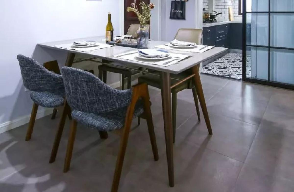 餐厅正对厨房,便于餐桌的布置和整理。皮革、纺织靠背的木椅和桌面上的干花,都带着满满的北欧情调,舒适且自然。 厨房