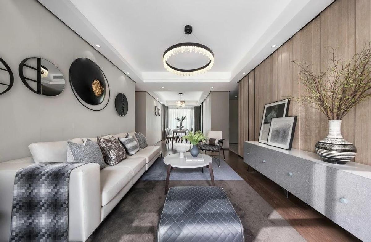 运用木饰面结合墙面壁纸,舒适而透亮。色调以明静清透的白色为基底,运用开放性设计手法,令空间开阔统一,洋溢出年轻化气息。