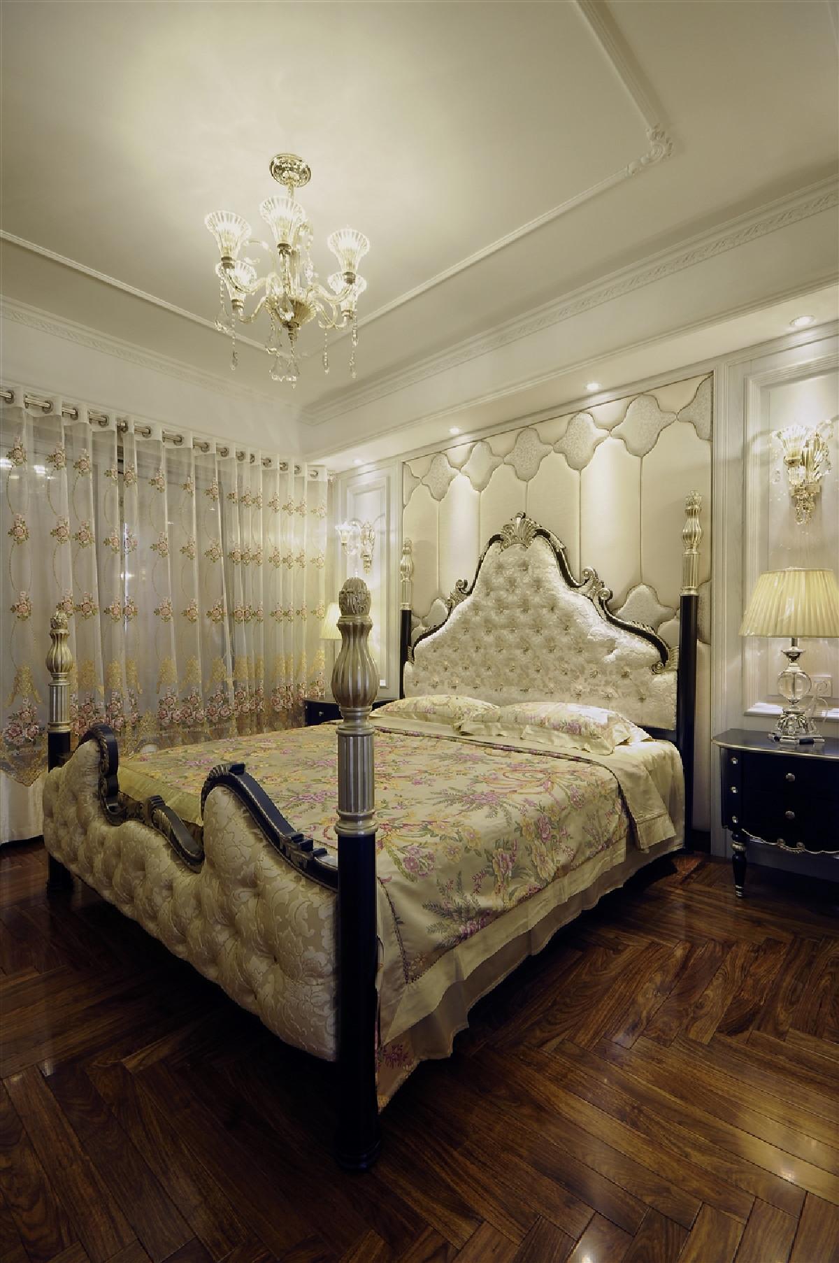 称均衡、比例严谨的空间(平面、墙顶面)构图,金黄红银为主的华丽色调,华丽的欧式古典灯具及软装饰品。