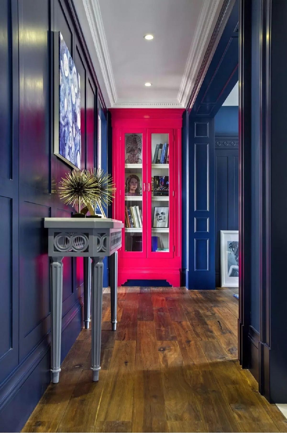 书房套间大面积的藏蓝色饰面冲击着玫 红色的壁柜,这样的对比效果让人 兴 奋