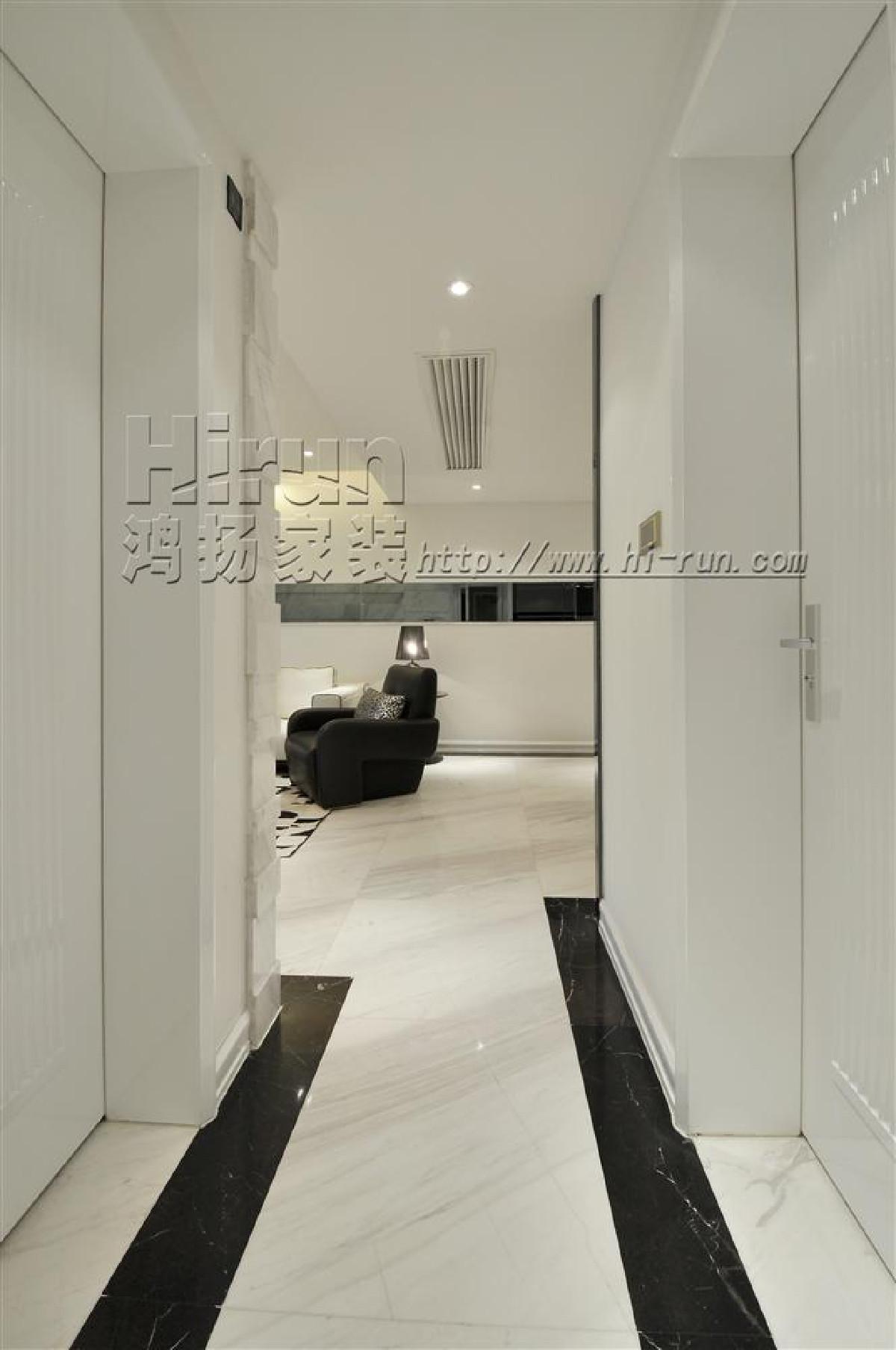 浅色的墙面,简化的欧式古典线条。较为简洁但仍严谨的欧式空间构图。
