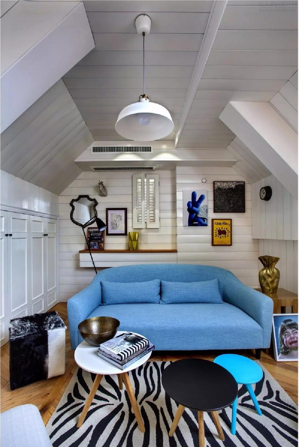 阁楼是预留的一间小客厅兼储藏室。自制的鱼骨地板搭配着柔软舒适的地毯,各式各样的装饰画和鲜艳的沙发,压力再大的人都不会再有烦恼。