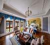 主卧,设计师再次将西方的浪漫旖旎与东方的灵秀典雅完美相融。蓝色的床品和帷幔,是空间里最为亮丽的一道风景,绒面的质感,将复古和低调的奢华渲染的淋漓尽致。